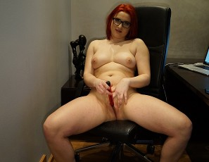 content/031417_redhead_20yo_foxy_banging_herself_out_in_my_home_office/3.jpg