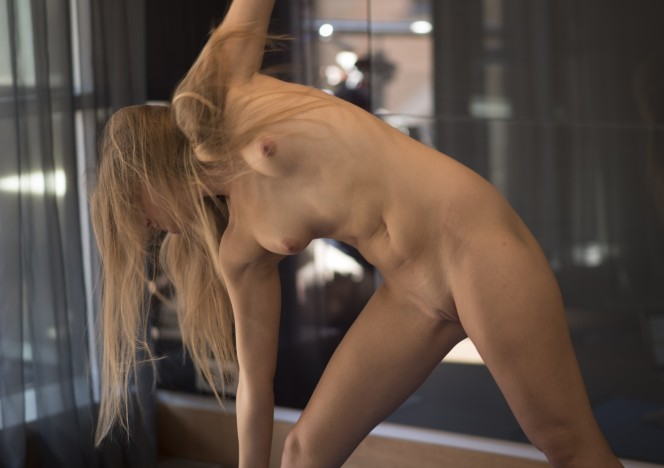 content/101615_viola_nude_yoga_in_my_kitchen/0.jpg
