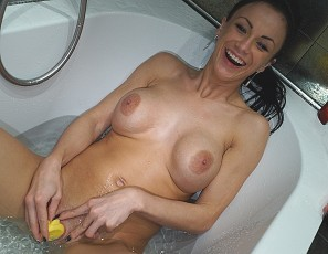 content/111516_rubber_ducky_bathtub_masturbation_with_samanta/3.jpg