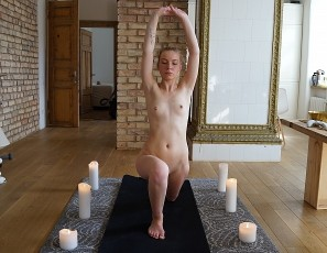 content/121917_19yo_sarah_doing_naked_yoga/3.jpg